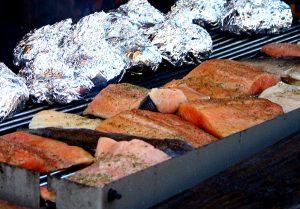 L'été, c'est l'heure du barbecue – griller du poisson comme alternative saine aux saucisses, steak & Co.