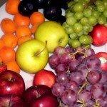 Ein Teller voll mit bunten Obst und Gemüse