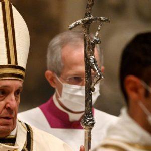 Virus de la Couronne: L'OMS propose des messes extérieures à Noël
