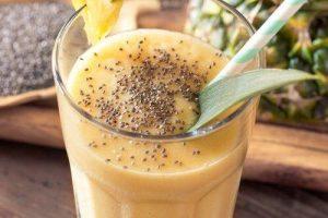 Smoothie avec des graines d'ananas et de chia pour perdre du poids